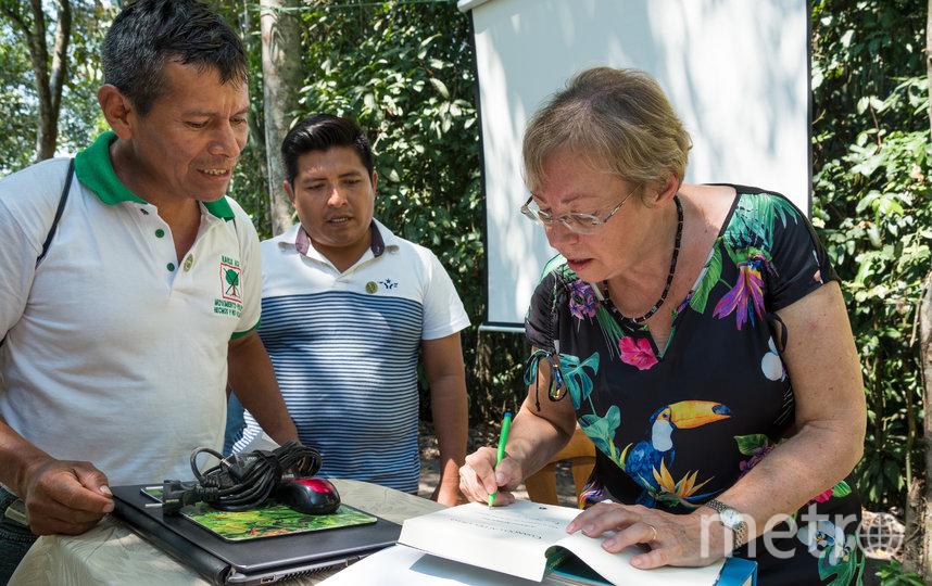 """Джулиана подписывает экземпляр своей автобиографии """"Как я упала с неба"""" на испанском. Фото Konrad Wothe, """"Metro"""""""