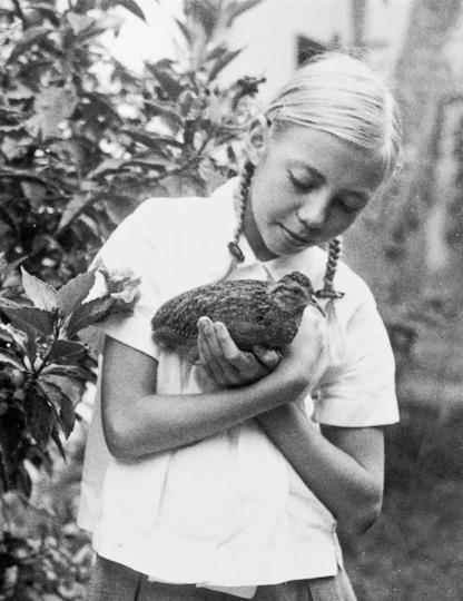 """Маленькая Джулиана и ручная тинаму, в честь которой назвали биостанцию Panguana. Девочка ещё не знала, что очень скоро ей придётся иметь дело с куда менее безобидными существами. Фото предоставила Juliane Diller, """"Metro"""""""