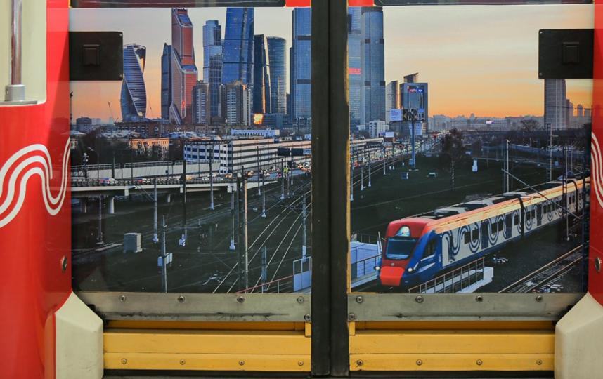 Тематический состав оформлен фотографиями победителей конкурса в 10 номинациях, а также интересными фактами о каждом виде московского транспорта. Фото mos.ru