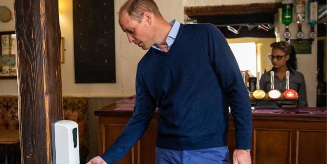 Принц Уильям посетил местный паб в Норфолке.
