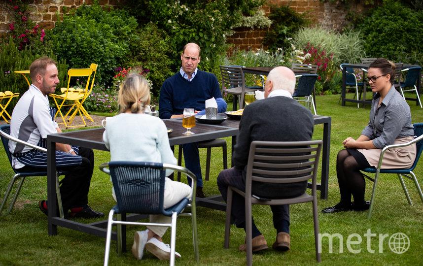 Принц Уильям посетил местный паб в графстве Норфолк. Фото AFP