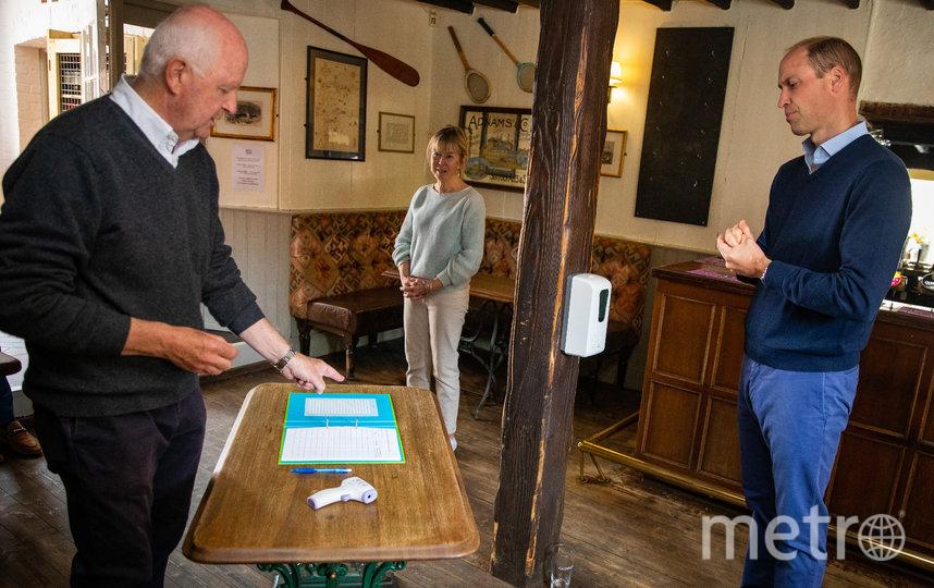 Принц Уильям беседует с владельцами паба The Rose and Crown pub Энтони и Жаннет Гудрич. Фото AFP