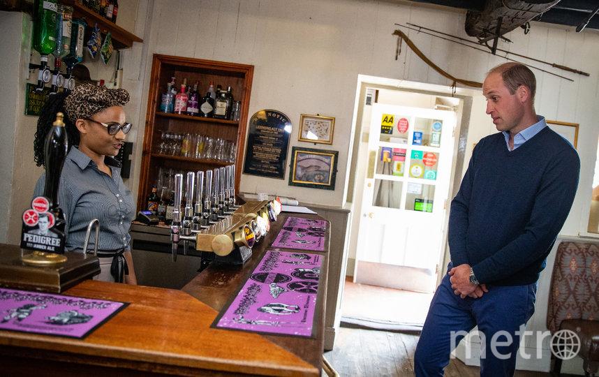 Принц Уильям выбирает напиток. Фото AFP