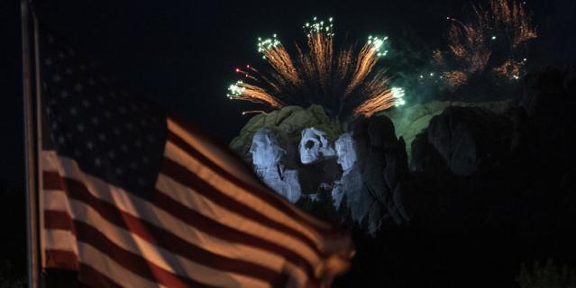 На мероприятии, устроенном в преддверии Дня независимости, был дан салют под музыку.