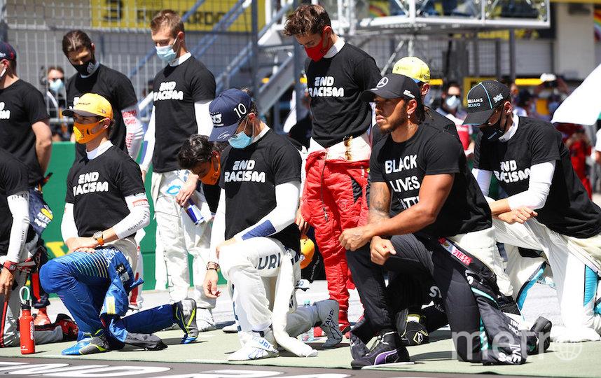 Шесть пилотов, в том числе россиянин Даниил Квят (стоит посередине в голубой маске), отказались преклонить колено перед стартом Гран-при. Но все гонщики, за исключением Льюиса Хэмилтона, вышли в одинаковых футболках с призывом прекратить расизм (End racism). А на футболке британца была надпись Black Lives Matter («Чёрные жизни важны»). Фото Getty