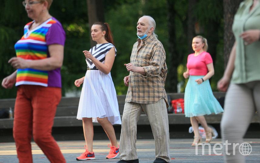 Танцует и стар, и млад. Фото Василий Кузьмичёнок