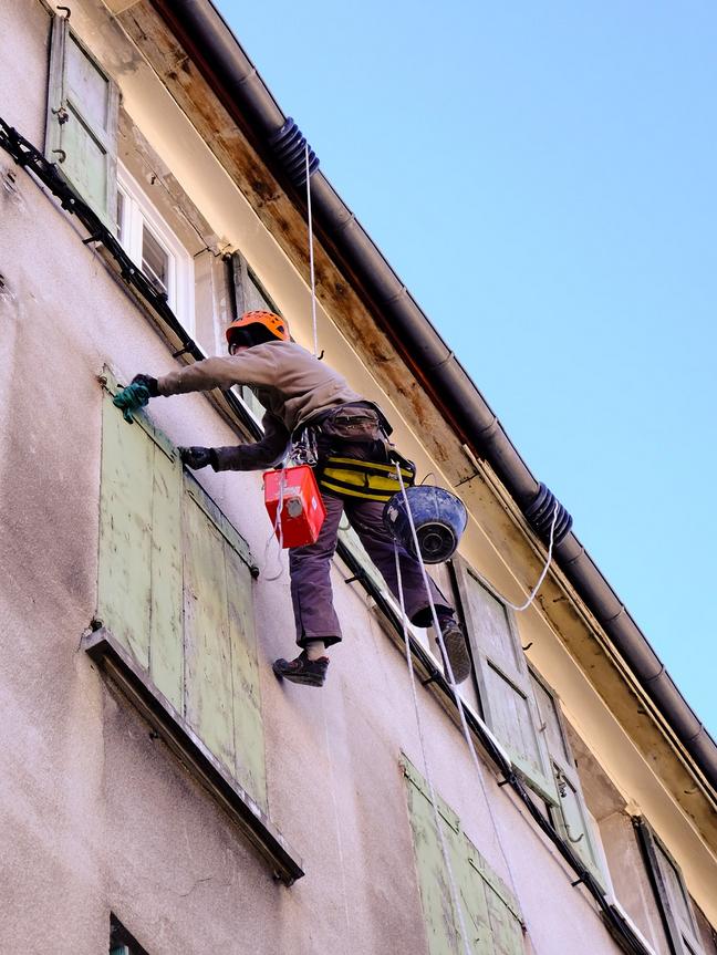 В случае уклонения от уплаты взносов за капремонт, либо при регулярной неполной оплате, в отношении неплательщика по закону могут быть приняты следующие меры: арест имущества, изъятие имущества, запрет на пересечение границ РФ. Фото Pixabay