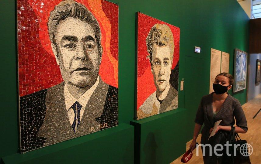 """Открывают выставку """"мозаичные"""" портреты Леонида Брежнева и Екатерины Фурцевой. Фото Василий Кузьмичёнок"""