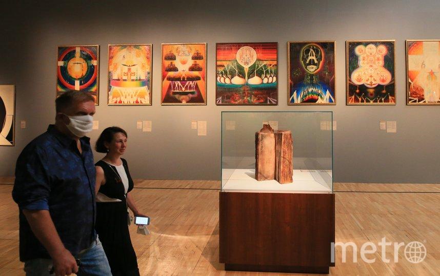 450 экспонатов можно увидеть на выставке. Это живопись, скульптура, плакаты и т. д. Фото Василий Кузьмичёнок