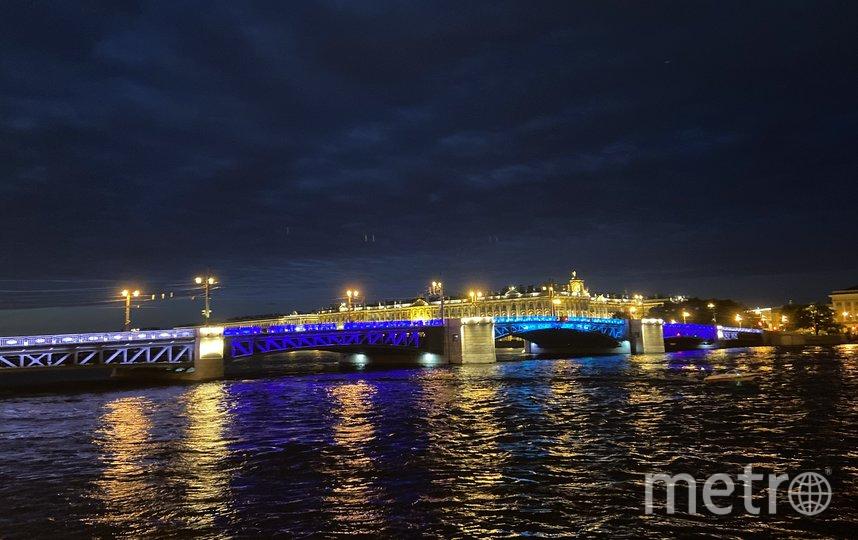 """Дворцовый мост подсветили синим всего на две ночи. Фото Ленсвет, """"Metro"""""""
