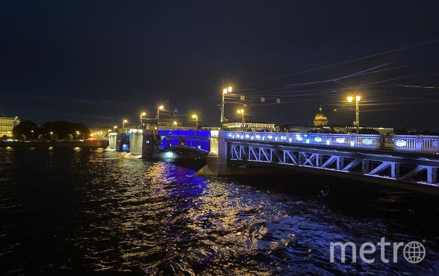 """Дворцовый мост и Большой проспект П.С. подсветили синим всего на две ночи. Фото Ленсвет, """"Metro"""""""