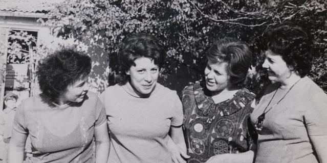 1960-е годы. Татьяна Кагановская (вторая слева) со своими подружками из ташкентского двора.