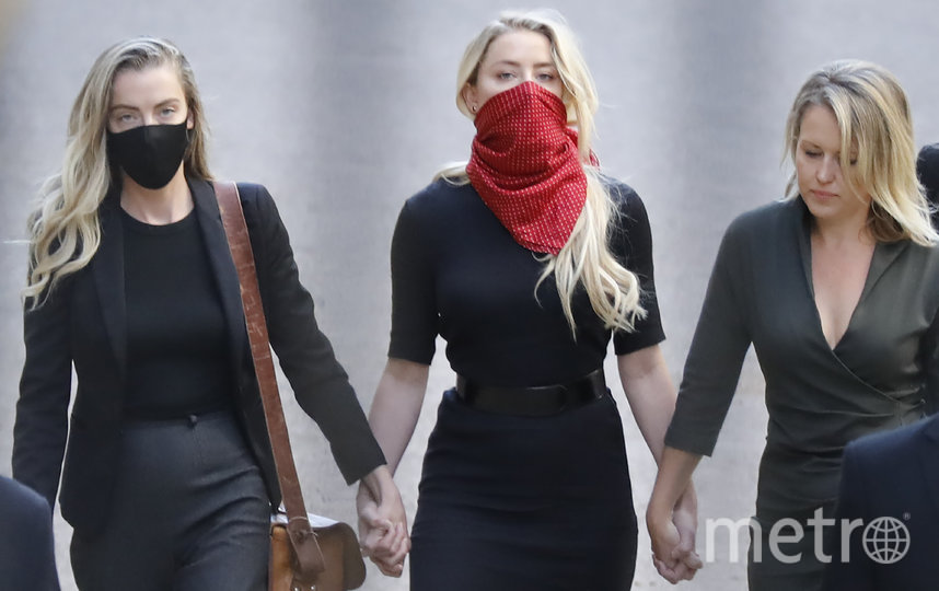 Эмбер прибыла вместе со своей сестрой Уитни (слева) и адвокатом (справа). Фото AFP