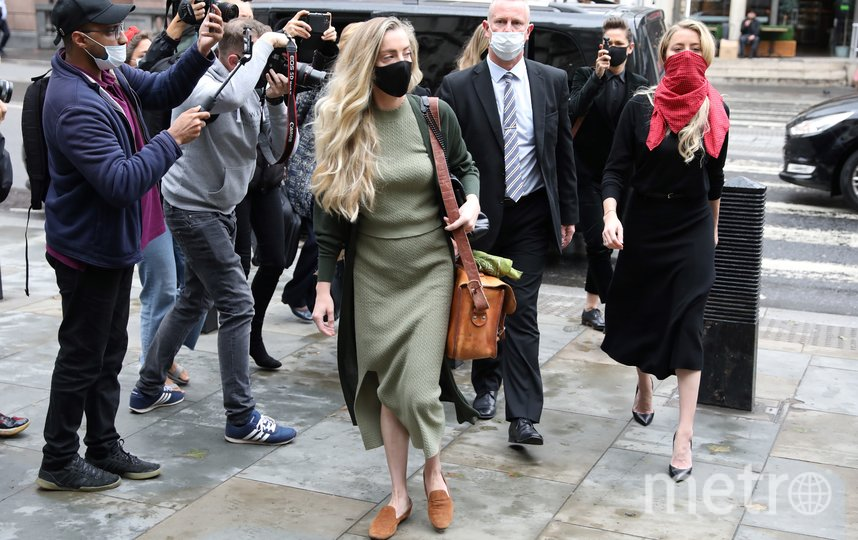 Эмбер Хёрд у здания суда в Лондоне. Фото AFP