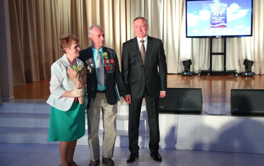 """В День семьи, любви и верности юбилярам семейной жизни вручены памятные медали. Фото gov.spb.ru, """"Metro"""""""