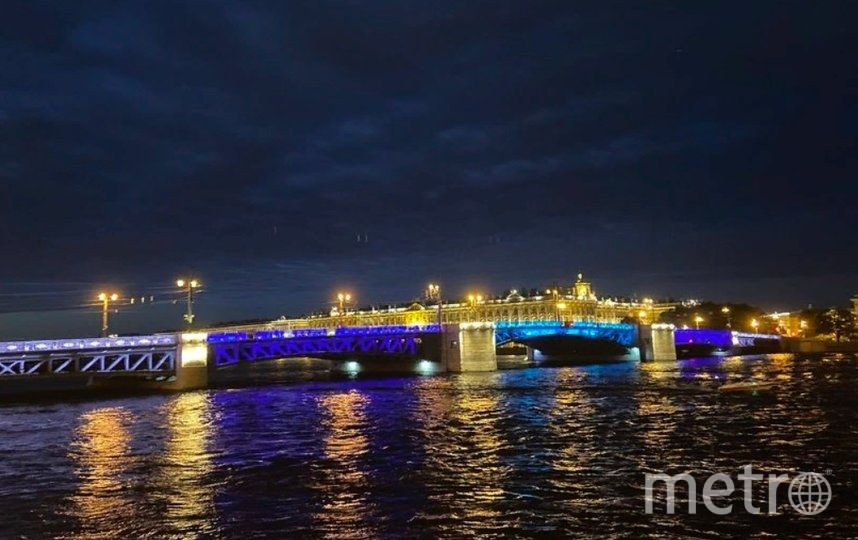 Дворцовый мост снова засияет синими цветами. Фото Фото Ленсвет.