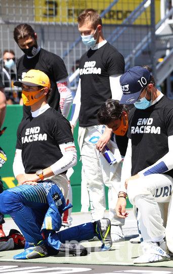 На колено не встали Квят (в голубой маске) и ещё пять гонщиков. Фото Getty