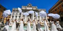 Итальянские невесты вышли на площадь с требованием вернуть свадьбы: фото