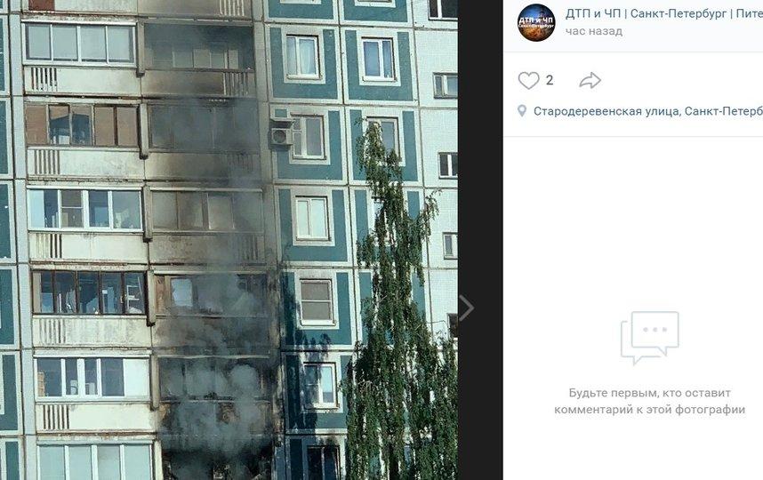 В трехкомнатной квартире дома на Стародеревенской улице произошел пожар. Фото vk.com/spb_today., vk.com