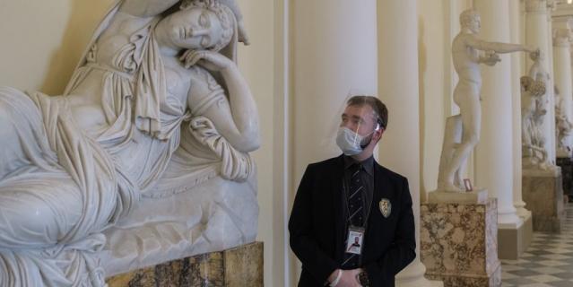 Сотрудник службы безопасности музея Дмитрий к встрече с посетителями готов.