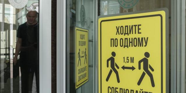 В залах разметок не будет. О том, что необходимо соблюдать дистанцию, гостям напомнят на улице и при входе в Эрмитаж.