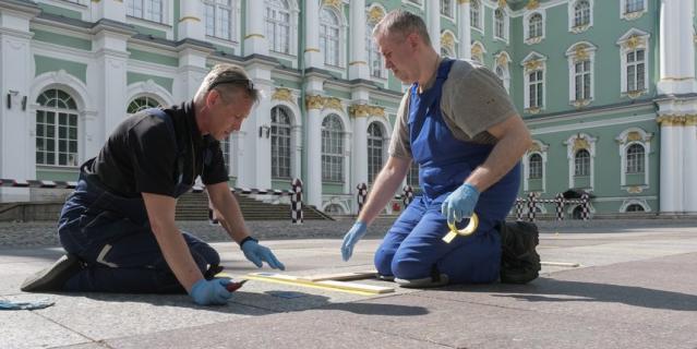 В Большом дворе Зимнего дворца заканчивают делать уличную разметку.