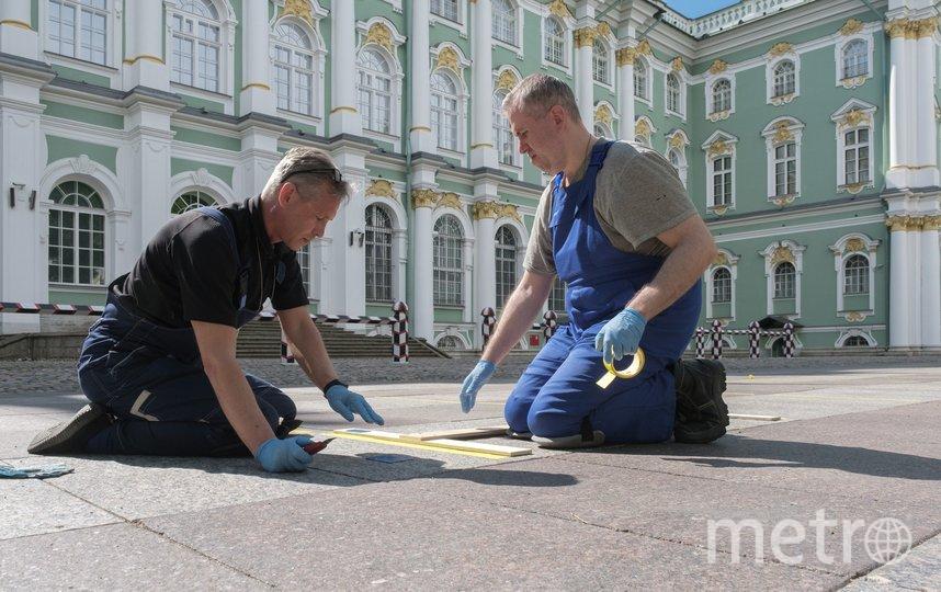 """В Большом дворе Зимнего дворца заканчивают делать уличную разметку. Фото Алена Бобрович, """"Metro"""""""