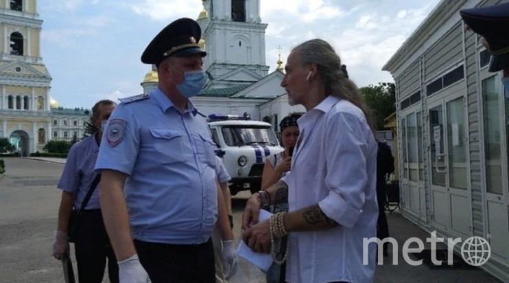 Никита Джигурда разговаривает с полицейским. Фото vk.com/shkoda75., vk.com