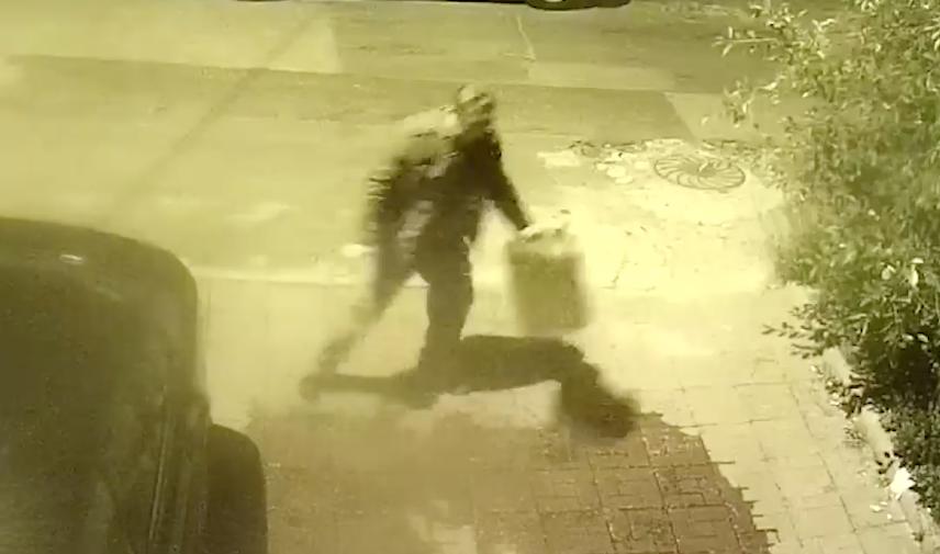 Георгий Викторович разливает бензин из канистры. Фото телеграм-канал Baza