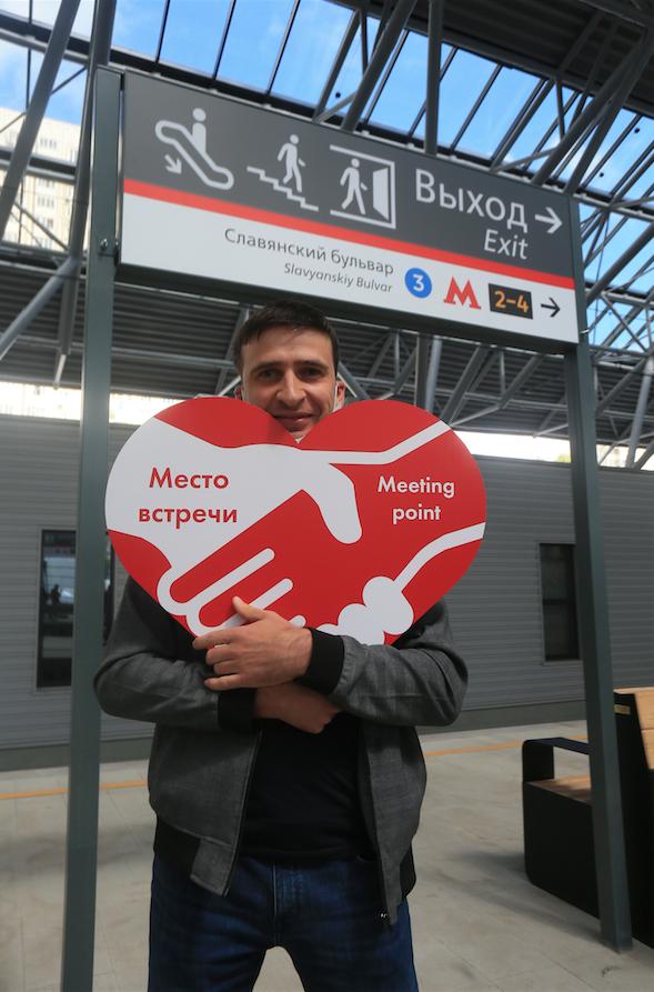 Репортёр Metro со знаком. Фото Василий Кузьмичёнок