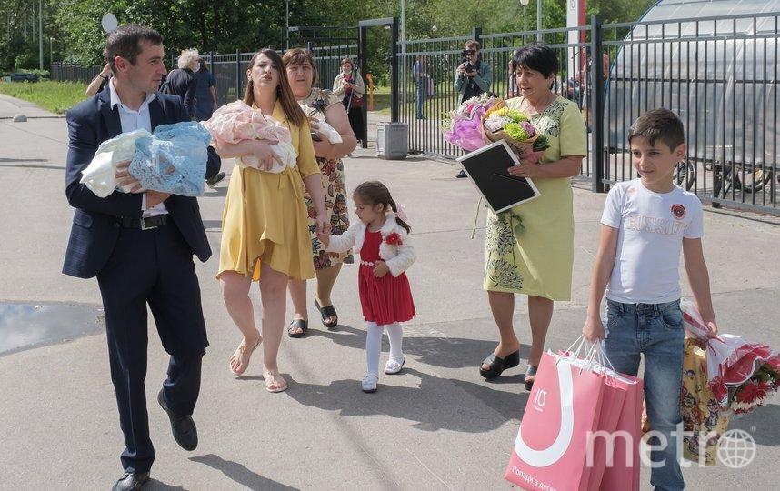 """Маму с тройняшками встречали счастливый отец Эльгам со старшим сыном, две бабушки и племянница. Фото Алена Бобрович, """"Metro"""""""
