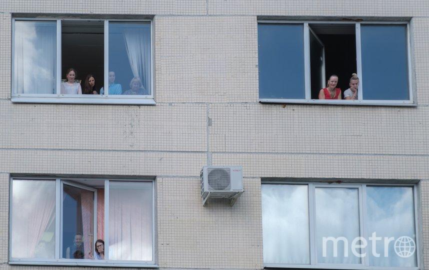 "За выпиской тройни наблюдали из окон роддома. Фото Алена Бобрович, ""Metro"""