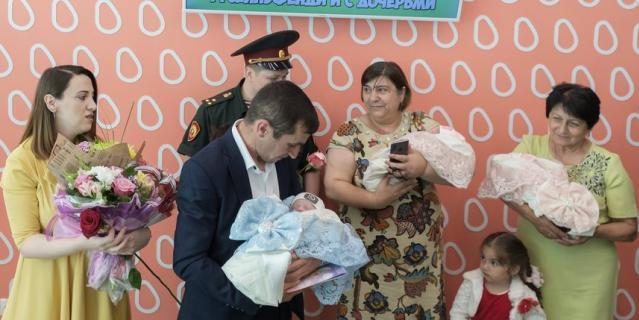 Маму с тройняшками встречали счастливый отец Эльгам со старшим сыном, две бабушки и племянница.