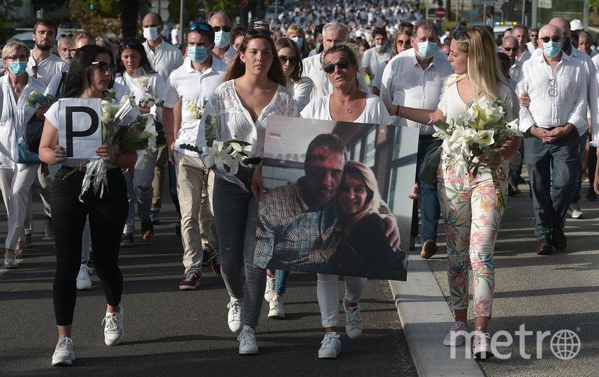 Тысячи людей вышли на улицы, чтобы почтить память погибшего. Фото AFP