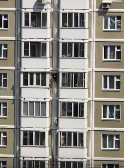 25-летний мужчина решил спуститься между балконами без страховки. Фото Скриншот Youtube