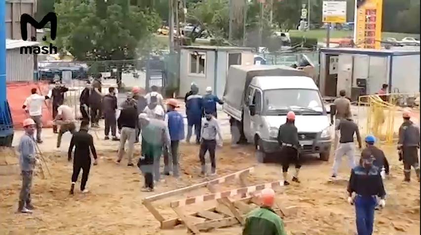 Рабочие также швыряли доски в вагончик своего руководства. Фото Скринот с видео Mash