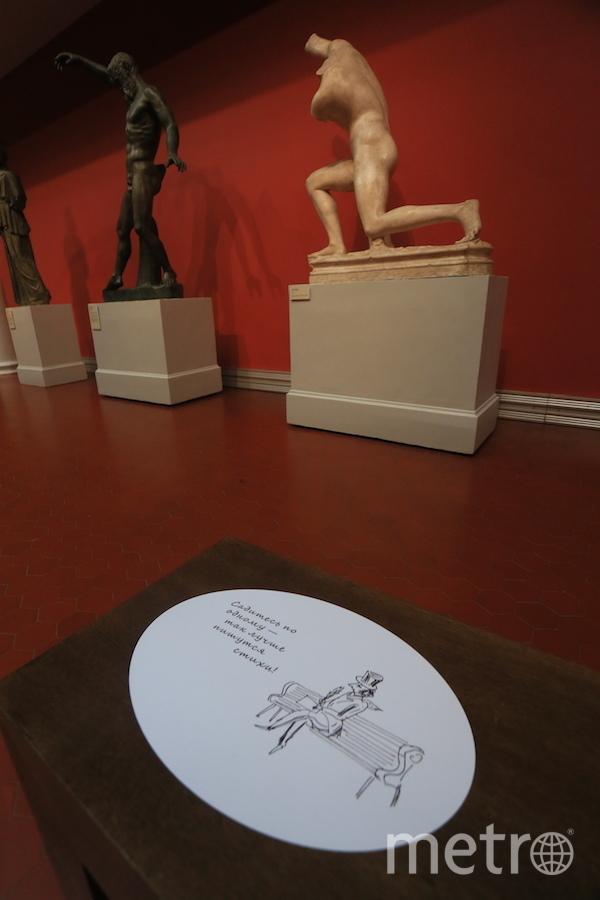 Отдыхать на лавочках посетителей музея просят по одному. Фото Василий Кузьмичёнок