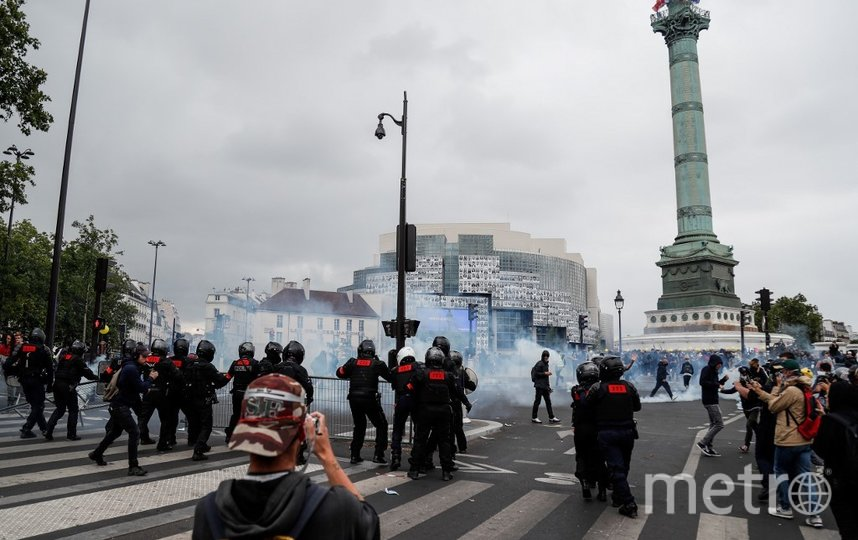 Наблюдались столкновения протестующих с полицией: демонстранты пытались пробить линию жандармов, и те применили слезоточивый газ. Фото AFP