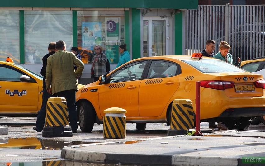 Водитель такси попытался искать помощи у прохожих. Архивное фото. Фото Василий Кузьмичёнок