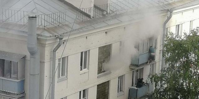 Фото с места пожара на Краснопутиловской улице в Петербурге.