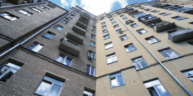 """Щусевский дом (справа) вблизи резко контрастирует с пристроенными позже """"крыльями""""."""