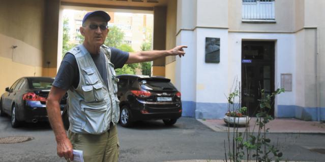 Владимир Малафеев указывает подъезд, где жил Владимир Войнович.