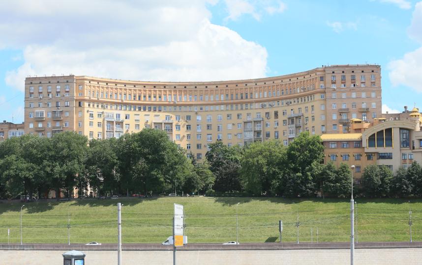"""Нижние этажи дома скрывает живописный сквер с клёнами, липами и каштанами. Фото Василий Кузьмичёнок, """"Metro"""""""