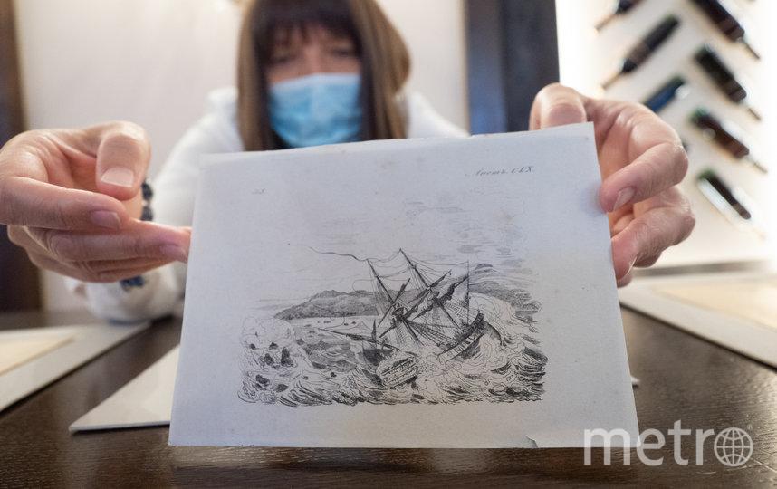 """На гравюре – любимый маринистами сюжет с бурей и кораблём, на трёх рисунках – бюст женщины, мужской торс и мужская же голова. Фото Святослав Акимов, """"Metro"""""""