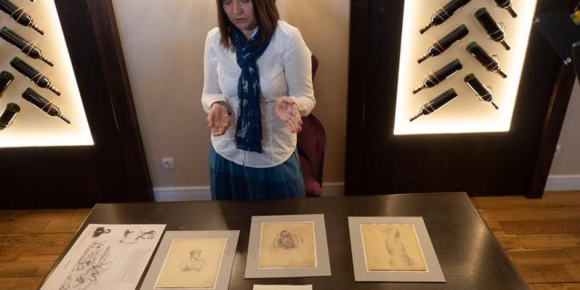 На гравюре – любимый маринистами сюжет с бурей и кораблём, на трёх рисунках – бюст женщины, мужской торс и мужская же голова.