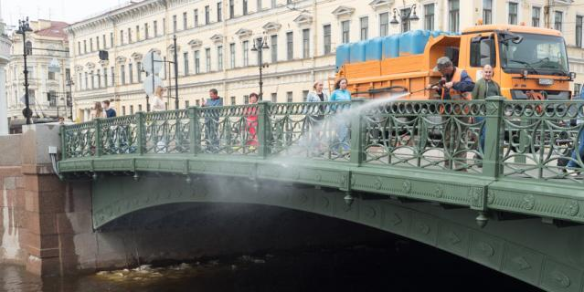 Окончанию ремонта рады все - и петербуржцы, и туристы, и водители.