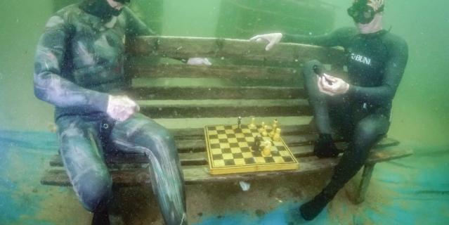 Шахматный турнир на затопленной скамейке.