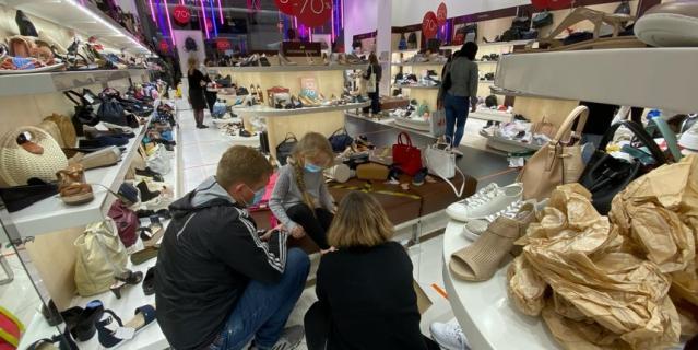 В обувных магазинах много посетителей, сейчас там большие скидки.