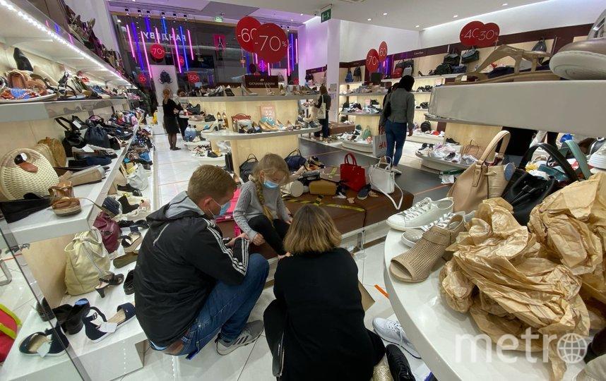 """В обувных магазинах много посетителей, сейчас там большие скидки. Фото Людмила Сагайдачная, """"Metro"""""""