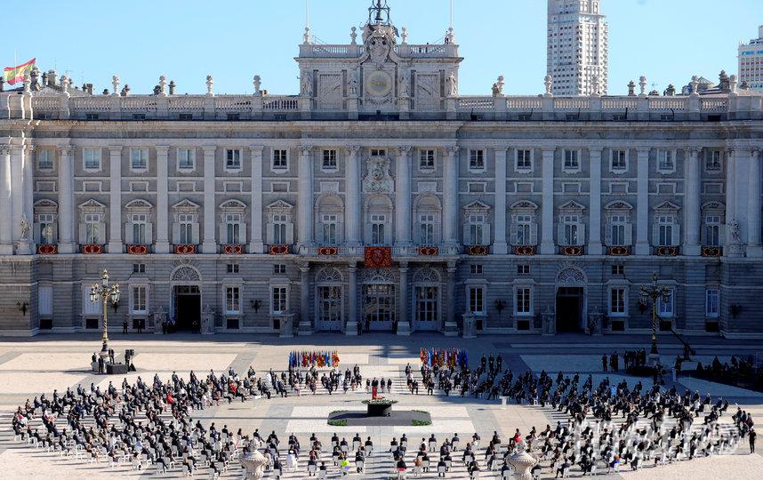 Траурная церемония на площади перед Оружейной палатой королевского дворца в Мадриде. Фото AFP